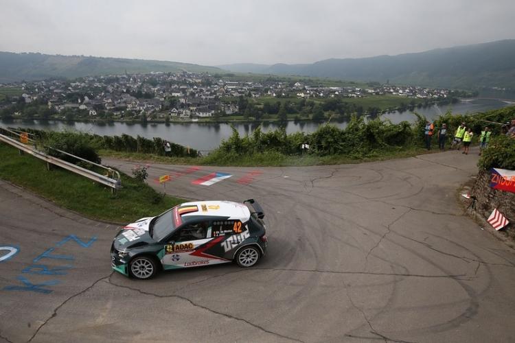 Ghislain de Mevius aan de voet van het podium in WRC2 Duitsland